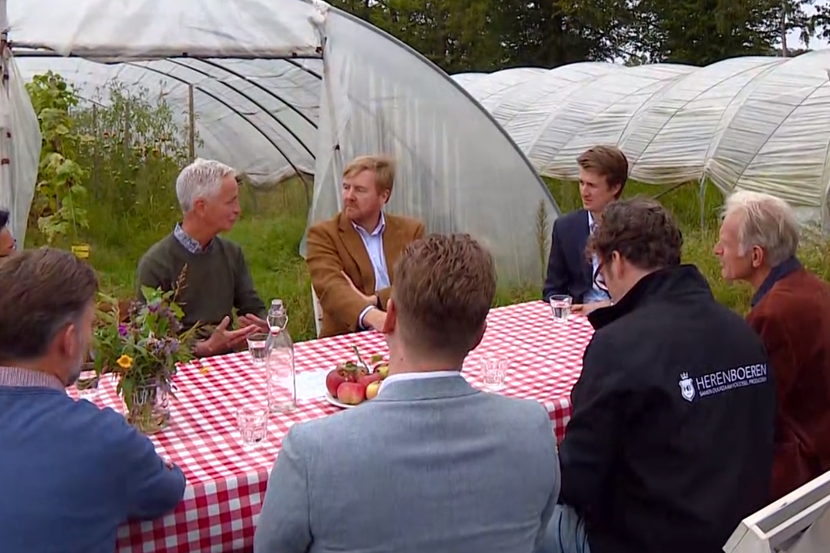 Voorzitter Herenboeren Land van Weert Ron Geurts in gesprek met Koning Willem-Alexander